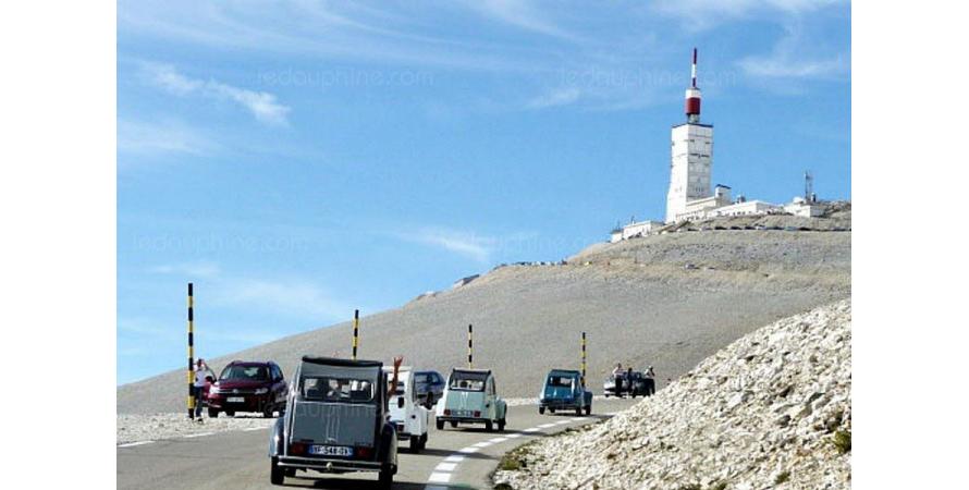 Une centaine de 2CV ont gravi le mont Ventoux